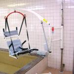 介護負担の軽減と腰痛の改善に、入浴リフトが活躍