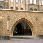 段差解消機が北海道大学総合博物館バリアフリー玄関で活躍